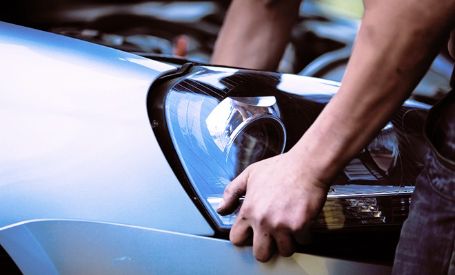 mechanic-removing-car-headlight-lens