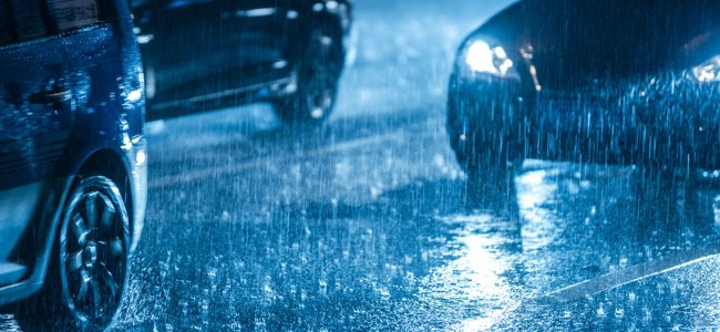 Cars-Driving-In-Rain-At-Night